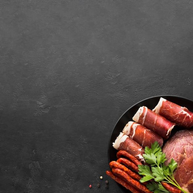 Draufsichtvielzahl des fleisches auf dem tisch mit kopienraum Kostenlose Fotos