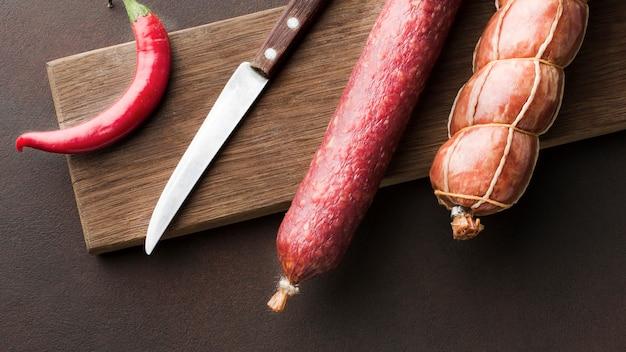 Draufsichtvielzahl des frischen schweinefleischs auf dem tisch Kostenlose Fotos