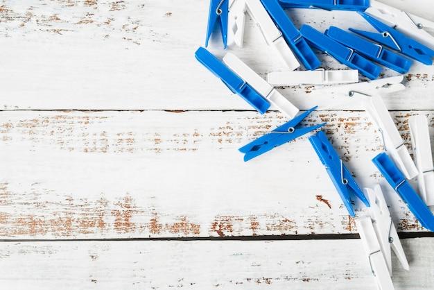 Draufsichtwäscheklammer auf hölzernem hintergrund Kostenlose Fotos