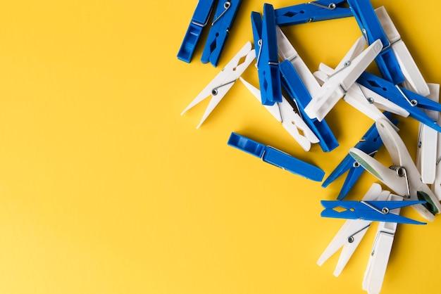 Draufsichtwäscheklammer mit gelbem hintergrund Kostenlose Fotos