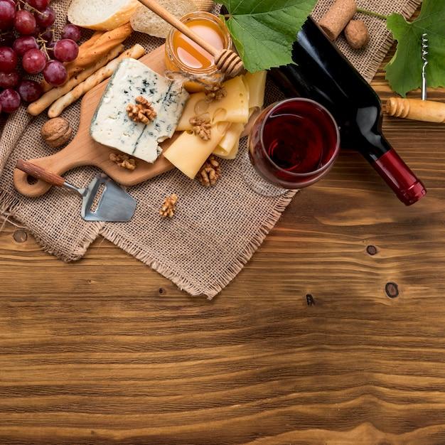 Draufsichtwein mit lebensmittel und weintraube Kostenlose Fotos