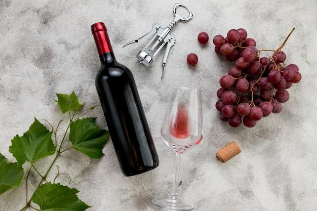 Draufsichtweinflasche auf marmorhintergrund Premium Fotos