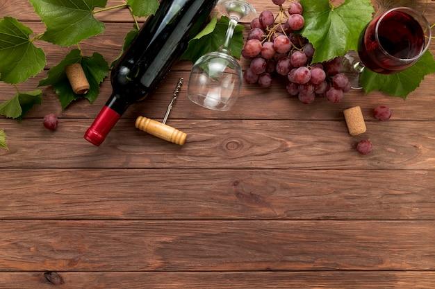 Draufsichtweinflaschen auf hölzernem hintergrund Kostenlose Fotos