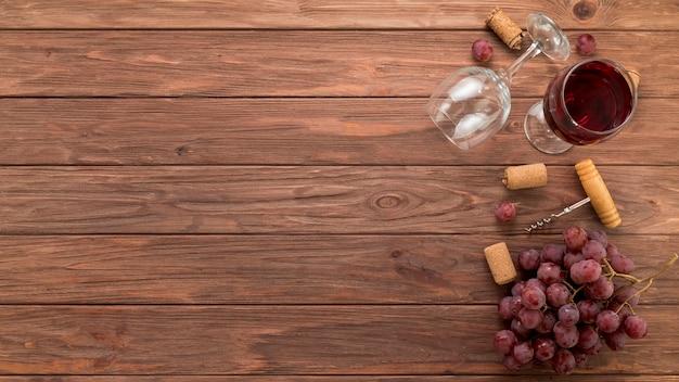 Draufsichtweingläser auf hölzernem hintergrund Premium Fotos