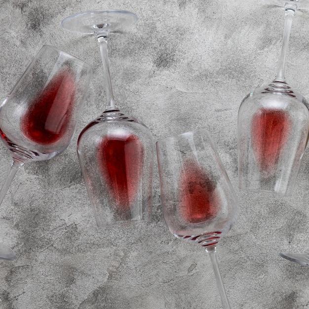 Draufsichtweingläser auf marmorhintergrund Kostenlose Fotos