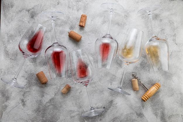 Draufsichtweingläser auf marmorhintergrund Premium Fotos