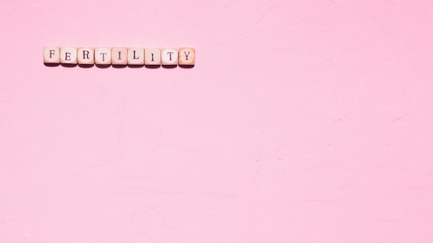 Draufsichtwort auf rosa hintergrund Kostenlose Fotos
