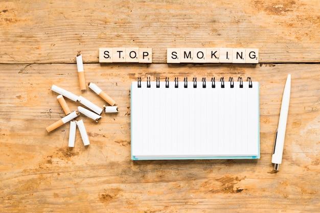 Draufsichtwort mit zigaretten und notizbuch Kostenlose Fotos