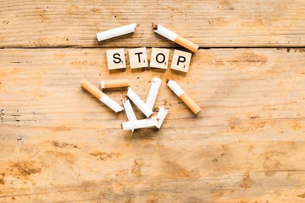 Draufsichtwort mit zigaretten Kostenlose Fotos