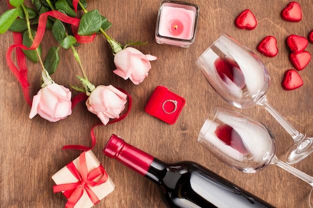 Draufsichtzusammensetzung mit weinflasche und verlobungsring Kostenlose Fotos