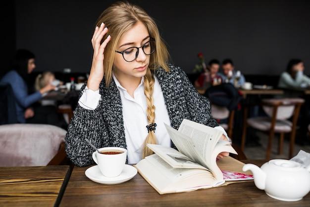 frau im cafe kennenlernen