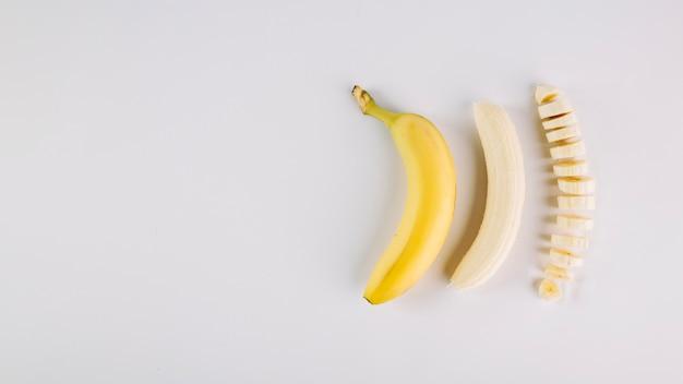 Drei bananen in verschiedenen bedingungen Kostenlose Fotos