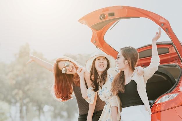 Drei beste freunde des mädchens, die eine gute zeit feiern Premium Fotos