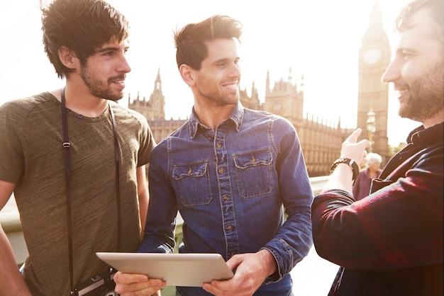 Drei beste freunde, die durch london touren Kostenlose Fotos
