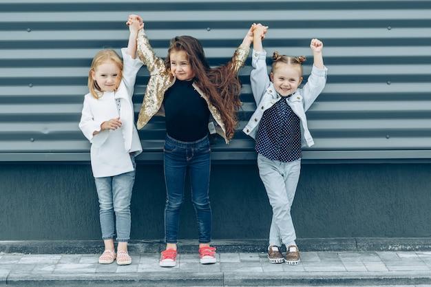 Drei coole hübsche freundinnen, die künstlerisch aufwerfen. Premium Fotos