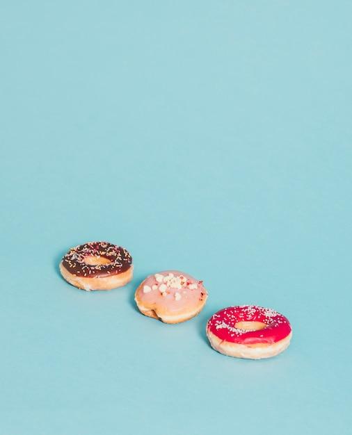 Drei donuts auf blau Kostenlose Fotos