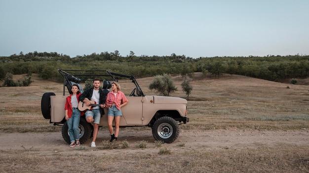 Drei freunde, die mit dem auto mit kopierraum reisen Kostenlose Fotos