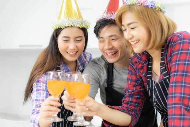 Drei freunde, die parteiglas genießen, orangensaftcocktail zusammen trinken Premium Fotos