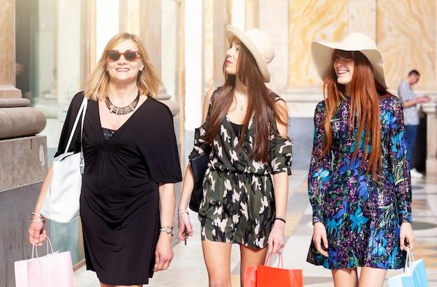 Drei freunde gehen einkaufen. Premium Fotos