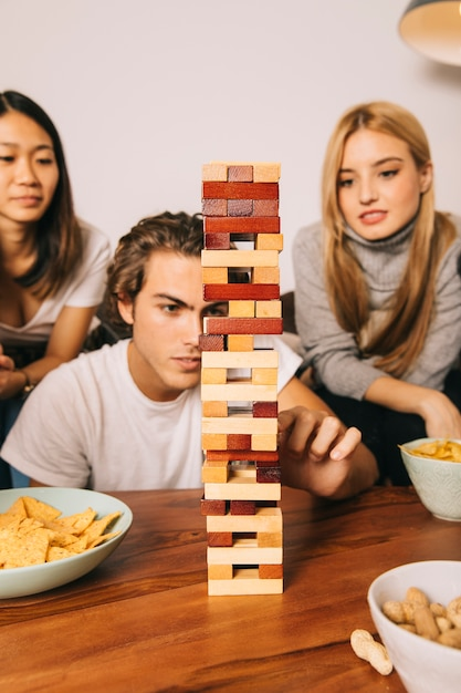 Drei freunde spielen tabletop-spiel Kostenlose Fotos