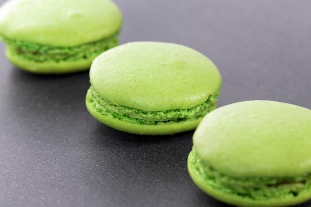 Drei grüne makronen in der küche Kostenlose Fotos