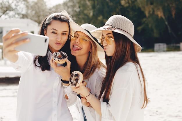 Drei hübsche mädchen in einem sommerpark Kostenlose Fotos