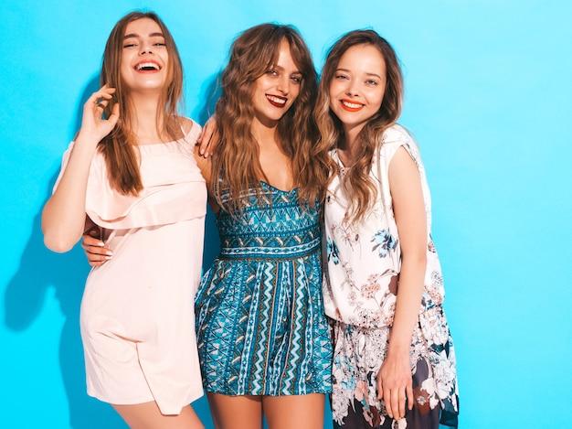 Drei junge schöne lächelnde mädchen in den beiläufigen kleidern des modischen sommers. sexy sorglose frauenaufstellung. Kostenlose Fotos