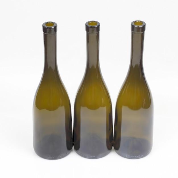 Drei leere weinflaschen auf weiß Premium Fotos