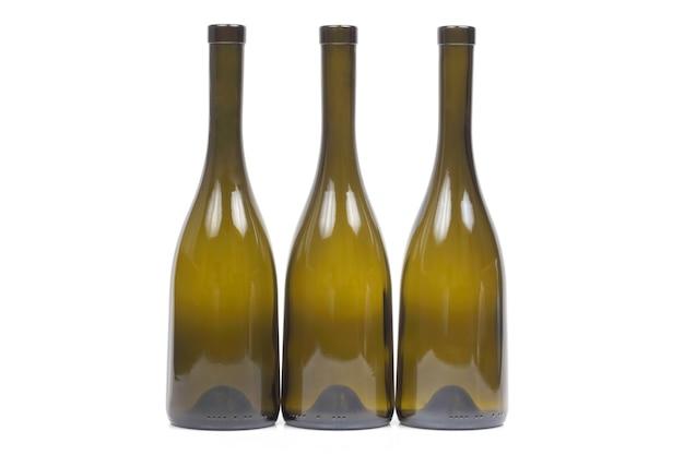 Drei leere weinflaschen auf weißem hintergrund Premium Fotos