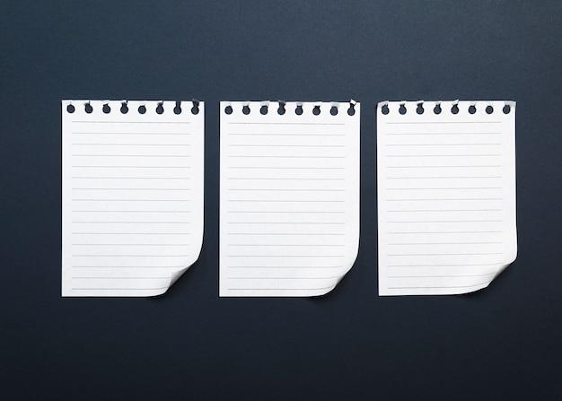 Drei leere weißbuchblätter zerrissen von einem notizblock Premium Fotos