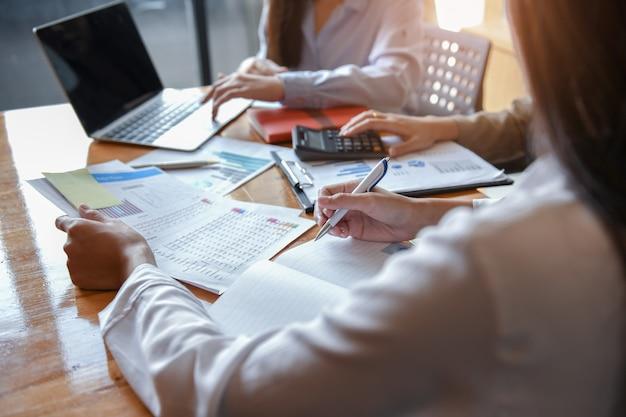 Drei mädchen büroangestellte arbeiten an dem schreibtisch. Premium Fotos