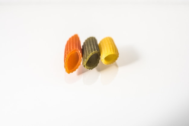 Drei makkaroni abwechslungsreiche farben mit bio-vollkornnudeln Premium Fotos