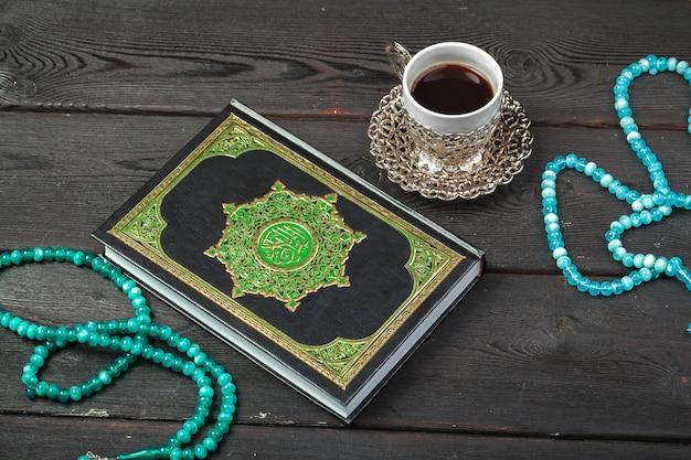 Drei monate. islamischer quran der heiligen schrift mit rosenkranz. ramadan-konzept Premium Fotos