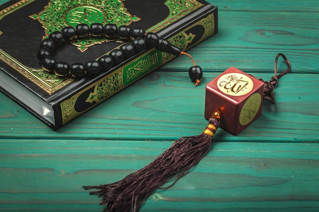 Drei monate. islamischer quran der heiligen schrift mit rosenkranz. Premium Fotos