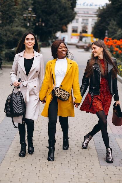 Drei multikulturelle frauen nach dem einkauf Kostenlose Fotos