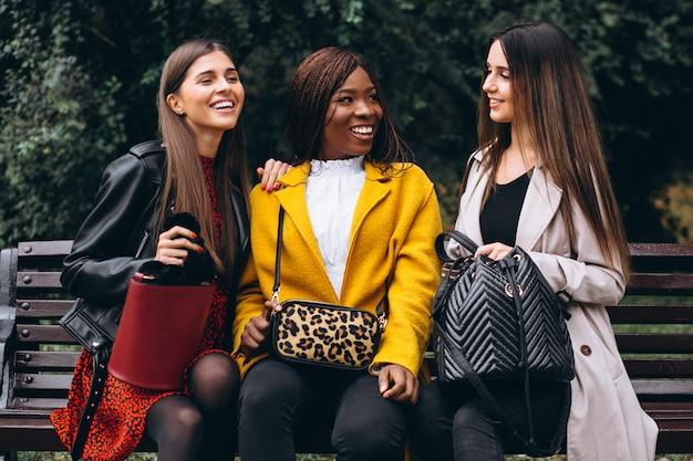 Drei multikulturelle freunde auf der straße Kostenlose Fotos