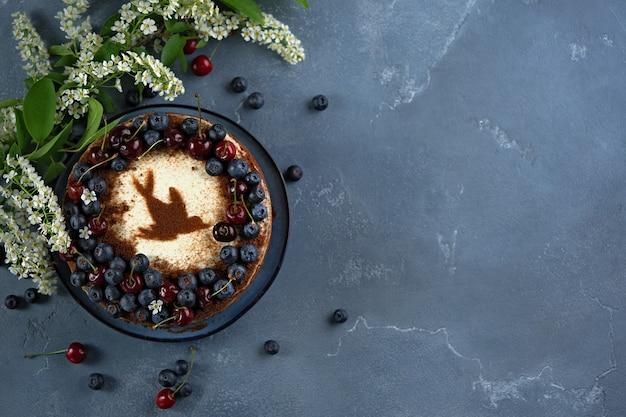 Drei schichten vogelkirschkuchen mit saurer sahne verziert mit frischen beeren und kirschen Premium Fotos