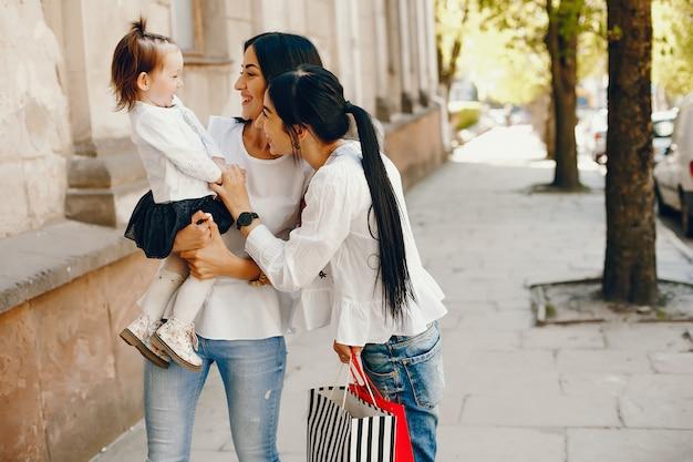 Drei schwestern in einer stadt Kostenlose Fotos