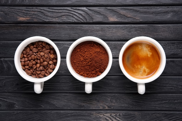 Drei stufen kaffee - bohnen, gemahlener kaffee und geschweißter kaffee Premium Fotos