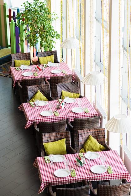 Drei tische mit servieren in einem leeren restaurant Premium Fotos