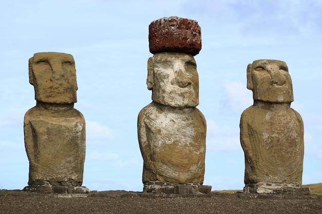 Drei von fünfzehn riesigen moai-statuen von ahu tongariki auf der osterinsel in chile Premium Fotos