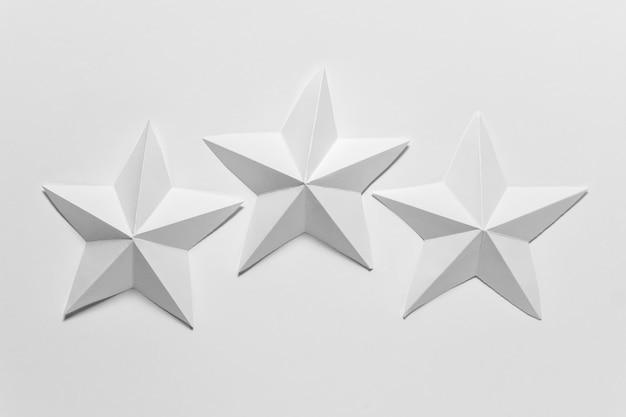 Drei weiße papier gefaltete origami-sterne Premium Fotos