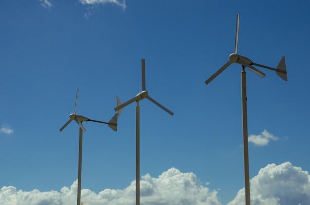 Drei windturbinen mit blauem himmel Premium Fotos