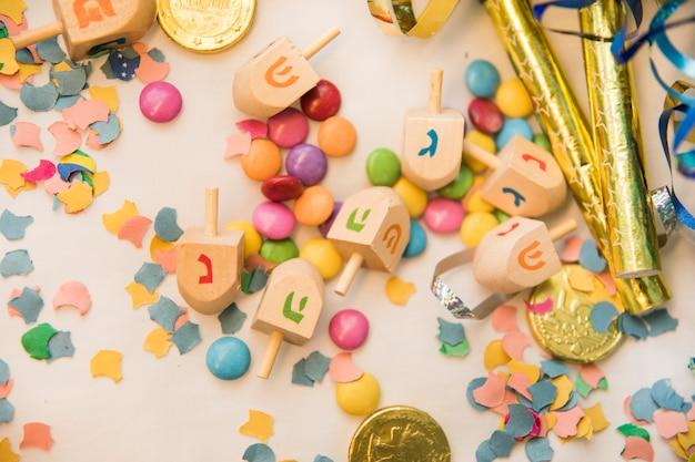 Dreidels auf konfetti und bonbons Kostenlose Fotos