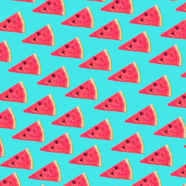 Dreieckige scheiben der frischen wassermelone auf türkishintergrund Kostenlose Fotos