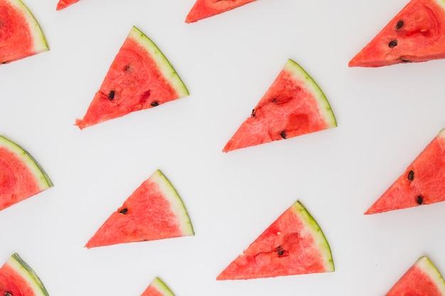 Dreieckige scheiben der wassermelone lokalisiert auf weißem hintergrund Kostenlose Fotos