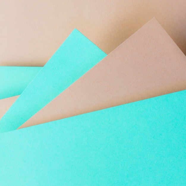 Dreieckiger hintergrund des türkises und des braunen papiers für fahne Kostenlose Fotos