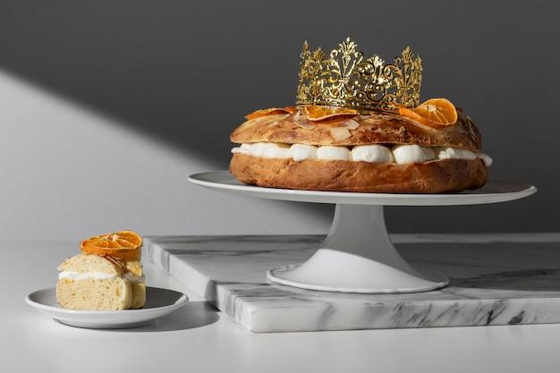 Dreikönigstagsdessert mit krone und getrockneten zitrusfrüchten Premium Fotos
