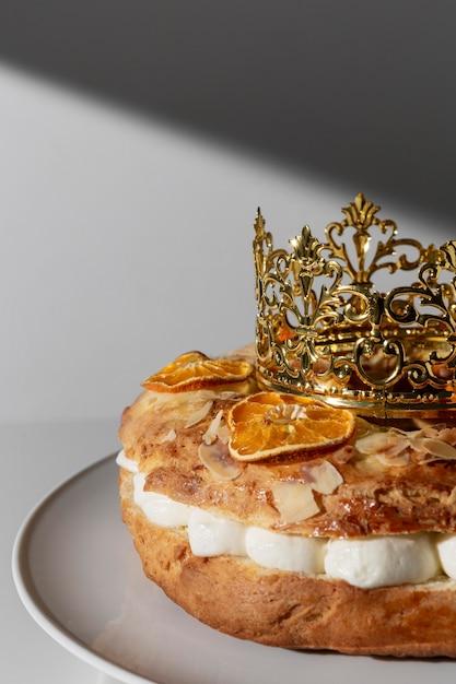 Dreikönigstagsdessert mit krone und kopierraum Premium Fotos