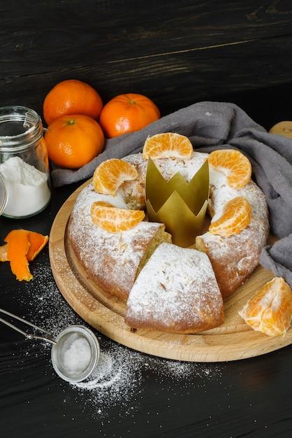 Dreikönigstagsdesserts mit orange und puderzucker Kostenlose Fotos